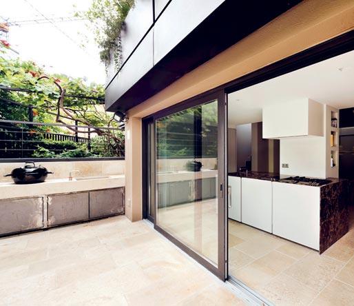 Milano intorno alle scale interni magazine - Cucina con vetrata a vista ...