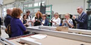 Antonio Corengia illustra a un gruppo di giornalisti in tour i prodotti dell'azienda