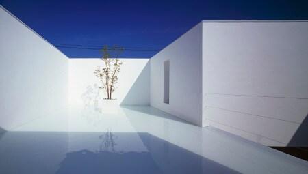 Nel cortile interno o sulla copertura del terrazzo un velo d'acqua riflette magicamente il cielo.