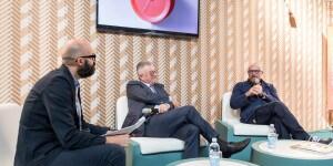 Da sinistra, Michelangelo Giombini della redazione di Interni che ha moderato, Alberto Cristina e Giulio Iacchetti