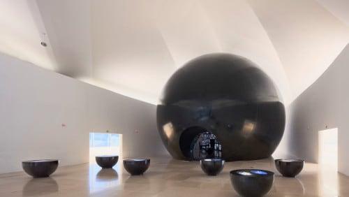 Installazione Cosmos e tavoli Cosmic Horizons realizzati in Corian® nel colore Nocturne – foto di Andres Otero