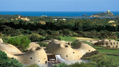 Golf e design. Il manto erboso integrato alla macchia mediterranea dell'Is Molas Golf Resort come contesto di riferimento esclusivo del sistema di ville progettato dai Fuksas.