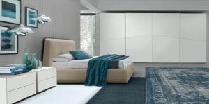 PREMIUM INTERIOR_FEBAL NOTTE LIGHT MOOD_comodini Vega Bianco Neve Matt-letto Bellini-armadio Vittoria