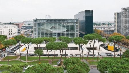 La Teca in vetro e acciaio che disegna il colossale parallelepipedo del centro congressuale dell'EUR. Sulla destra, indipendente, l'edificio dell'hotel dedicato battezzato La Lama in virtù della sua figura.