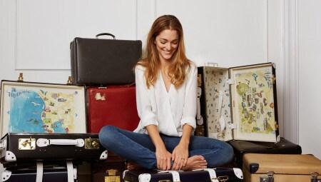 Sofia Sanchez de Betak ha disegnato un'edizione limitata di valigie di Globe Trotter, all'interno decorate con acquerelli delle sue tappe in grecia, dove ha soggiornato in super hotel del marchio The Luxury Collection.