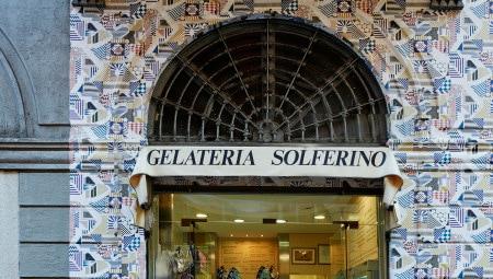 Facciata della gelateria Solferino - via Solferino 18 (carta da parati Promenade au Faubourg, disegno di Nigel Peake)