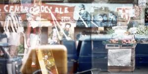 """Ugo La Pietra, Una popolazione di anonimi """"creatori"""" lavora quotidianamente alla definizione dell' immagine della città, 1977, C Print applicata ad alluminio, vintage"""