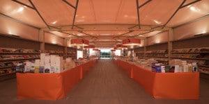 Pavilion ha struttura portante e pavimentazione in legno. La copertura esterna è in Pvc color sabbia, all'interno invece una rete bianca trasparente: tra i due layers viene soffiata aria che modula il sistema di copertura e isola termicamente.