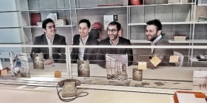 Da sinistra, Franco Cassina, Responsabile Contract MDF Italia, Mauro Pizzi e Cesare Chichi di 967Arch, Alessandro Franzolin, R&S MDF Italia, seduti davanti a una composizione di 20.Venti.