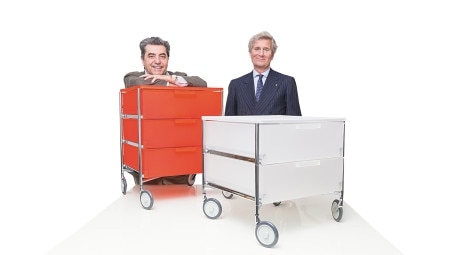 Antonio Citterio e Claudio Luti, presidente di Kartell, ritratti con i contenitori Mobil, design Antonio Citterio con Glen Oliver Loew, 1994 (foto di Marco Cappelletti).