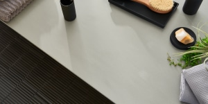 Corian® Ash Concrete interpreta il grigio con decisione. Il movimento monocromatico e le fini particelle aggiungono profondità al design, creando una moderna e dinamica estetica