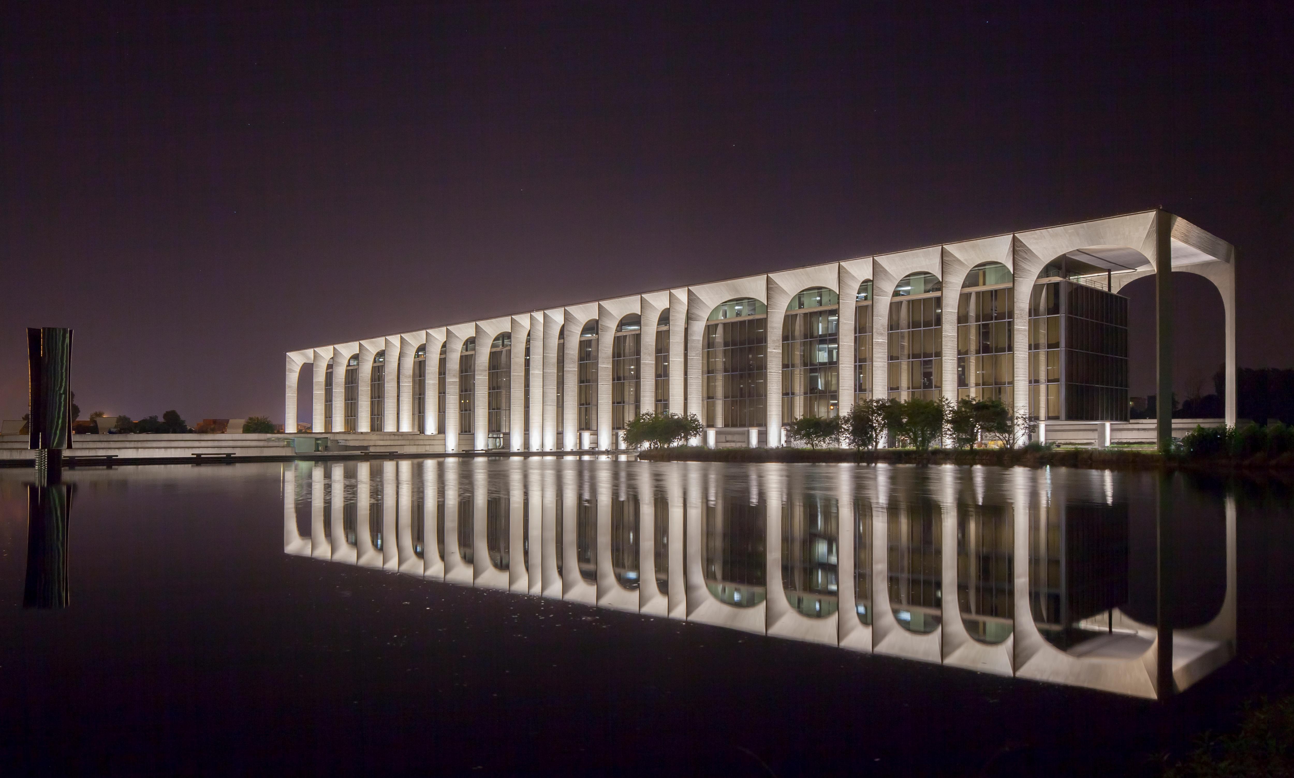 Una nuova illuminazione permanente per il palazzo for Interni mondadori