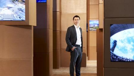 Lijun Xin nel labirinto di cartoni e video dell'installazione Matrix