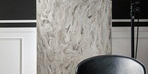 Corian® Smoke Drift Prima. Un grigio fumé che vaga in un'opulenta superficie color bianco, grigio caldo e marrone chiaro. I colori si muovono in modo disinvolto, creando un'estetica forte ma eterea