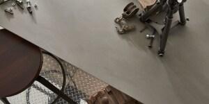 Corian® Weathered Concrete, con il suo bilanciato e caldo color taupe, suggerisce uno stile grezzo neo industriale, in un'atmosfera sobria ma dall'equilibrata potenza