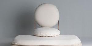 Asana, la seduta di Mario Milana con struttura in rame, base in legno toulipier naturale e cuscini con rivestimento in cotone Khadi.