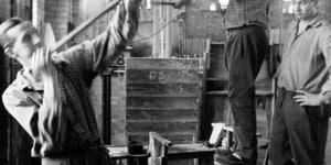 """Fotografo Luigi 'Gigi' Ferrigno – Murano 1960, Reparto Forni Vetro Soffiato a Stampa, una """"piazza"""" (squadra) al lavoro"""