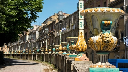 """Caltagirone (Catania), """"la città della ceramica"""", rievocata nell'intero centro storico: palazzi strade, balconi, Villa Comunale sono tutti impreziositi da maioliche."""
