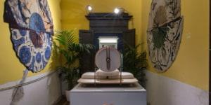 Asana ambientato nello spazio del FuoriSalone di via Cesare Correnti 14 all'interno della manifestazione Ladies & Gentleman. Alle pareti carpets di Vito Nesta.