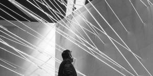 """Lucio Fontana Fonti di energia, soffitto di neon per """"Italia 61"""", a Torino, 1961 Neon, sette piani di luce al neon © Fondazione Lucio Fontana"""