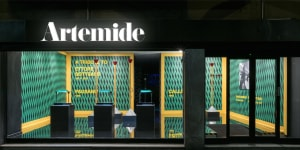 Allestimento degli showroom Artemide di tutto il mondo tributo cent'anni dalla sua nascita di Ettore Sottsass - foto di Peter Hamer