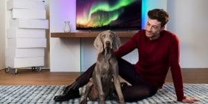 Philips OLED TV 9002 man_dog