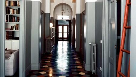 Il corridoio rappresenta l'anima della casa. La nuova pavimentazione, firmata Bisazza, è stata realizzata componendo secondo una sequenza apparentemente random una serie di cementine a tinta unita in grado di accordarsi cromaticamente con i decori figurativi dei pavimenti originali.