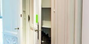 """Heman Chong, Monument to the people we've conveniently forgotten (I hate you), 2008, veduta dell'installazione nella mostra """"Take Me (I'm Yours)"""". 16 settembre 2016 – 5 febbraio 2017. The Jewish Museum, New York. Courtesy dell'artista e Wilkinson Gallery, Londra Photo: Will Ragozzino/SocialShutterbug.com"""
