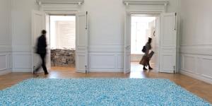 """Félix González-Torres, """"Untitled"""" (Revenge), 1991. Veduta della mostra """"Take Me (I'm Yours)"""". 16 settembre – 8 novembre 2015. Monnaie de Paris © The Felix Gonzalez-Torres Foundation Courtesy di Andrea Rosen Gallery, New York"""