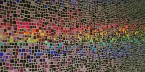 """""""L'ospite in corridoio"""" [luce futura], collezione Rain, Design by Elena Fanchini - mutaforma. Pannello in picotessere TILLA® disposte con posizionamento ad """"effetto pioggia"""", decorate in foglia olografica e perlacea. Dim. 57 x 115 cm"""