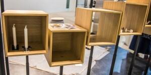 """Dance: una libreria che """"si muove"""", alzando o abbassando i cubi di legno che la formano, per variare l'aspetto del mobile e raggiungere più comodamente oggetti e volumi ordinati al suo interno."""