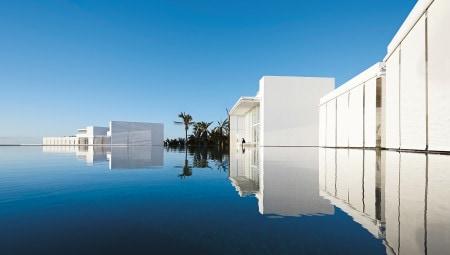 Alcune delle ville sull'acqua dell'hotel Mar Adentro che compongono, insieme ai volumi di quest'ultimo, una sorta di esclusivo arcipelago architettonico apparentemente fluttuante.