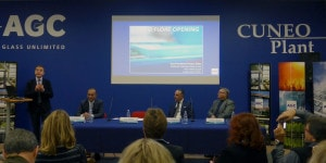 La conferenza stampa di presentazione. In piedi, Enrico Ceriani, Primary Sales&Strategic Marketing Senior Director. Al tavolo, da sinistra, Saul Papaleo, International Building Projects Manager Europe and Overseas, Alessandro Internicola, Market Manager Italy, Domenico Molina, Cuneo Plant Manager.