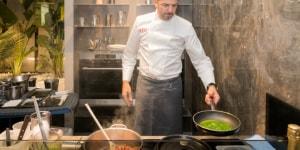 Lo chef Andrea Berton durante lo show cooking.