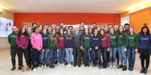 Foto di gruppo dei rappresentanti degli studenti con il Presidente della Repubblica Italiana Sergio Mattarella.