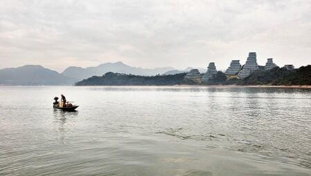 """Vista del complesso dello Huangshan Mountain Village in rapporto al paesaggio dell'intorno e della catena montuosa dello Huangshan (le famose """"Montagne Gialle"""" sito patrimonio dell'umanità dell'Unesco). Foto Hufton+Crow"""