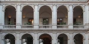"""Sagome """"Profilo maschile"""" di Fornasetti nel cortile di Museo Nazionale Romano-Palazzo Altemps."""
