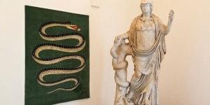 """Statua di Atena con serpente. Tappeto """"Amiamo il serpente"""" di Fornasetti. Museo Nazionale Romano-Palazzo Altemps ©Electa ph S. Castellani"""