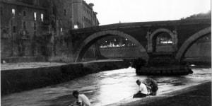 Mario Carbone, Pescatori e isola Tiberina, 1956. Museo di Roma in Trastevere