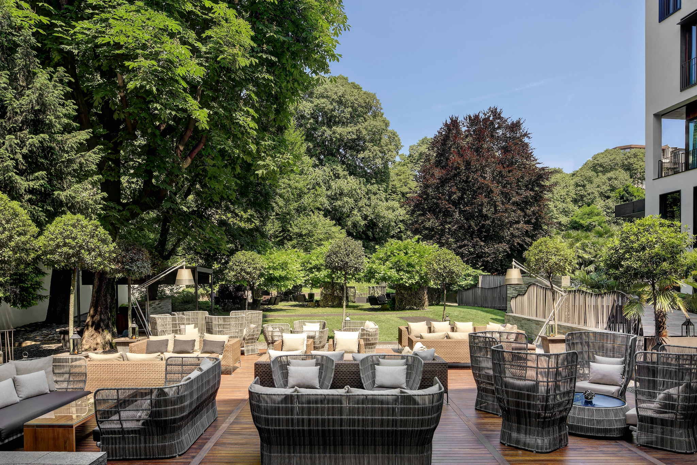 B&B Italia Outdoor arreda il giardino del Bulgari Hotel Milano