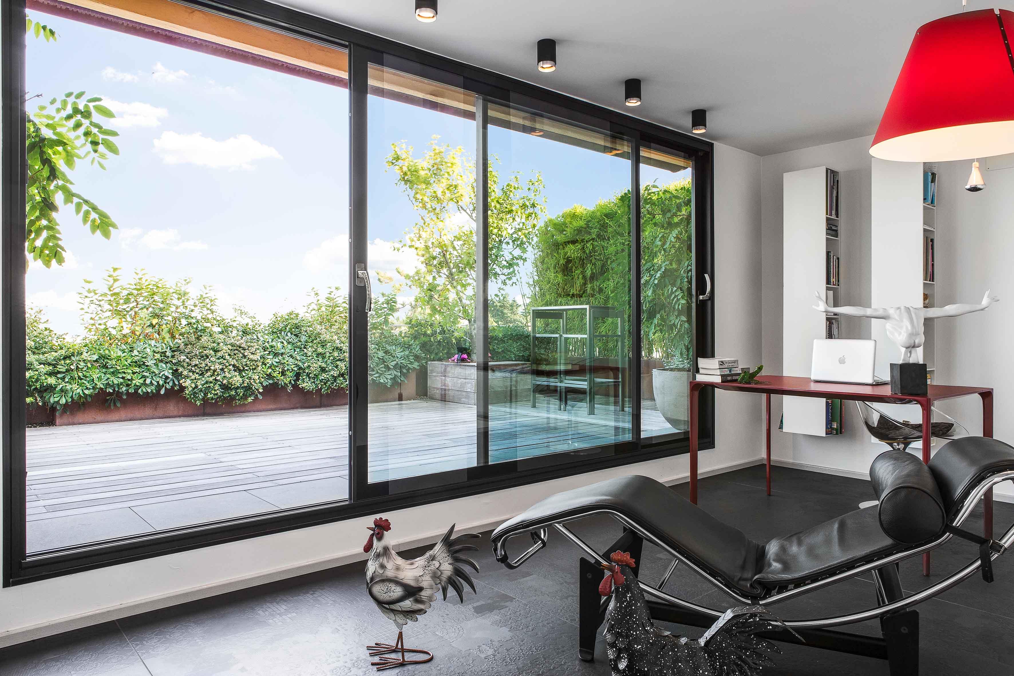 Il design e la trasparenza delle finestre Essenza per una residenza sui Colli Bolognesi