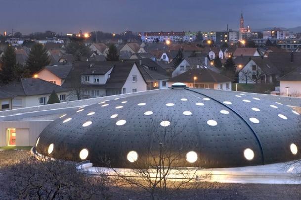 La piscina Tournesol a Lingolsheim, in Francia, storna al futuro con Hi-Macs®