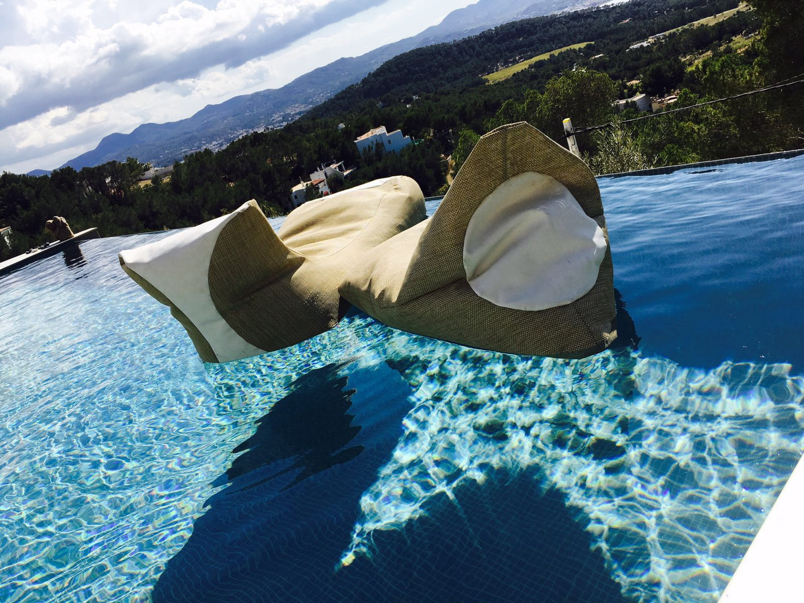 Inpool, i pouf galleggianti per vivere l'estate