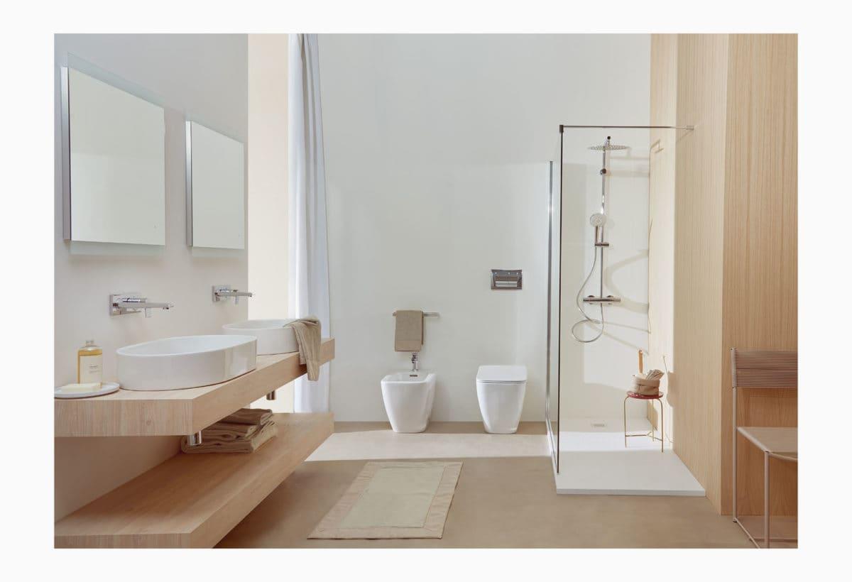 Lavabi e sanitari (filo parete) Strada II, Adapto mensole 170cm, Miscelatori edge, cabina doccia Magnum, Piatto doccia Ultra Flat S, colonna doccia dealrain Duo Luxe