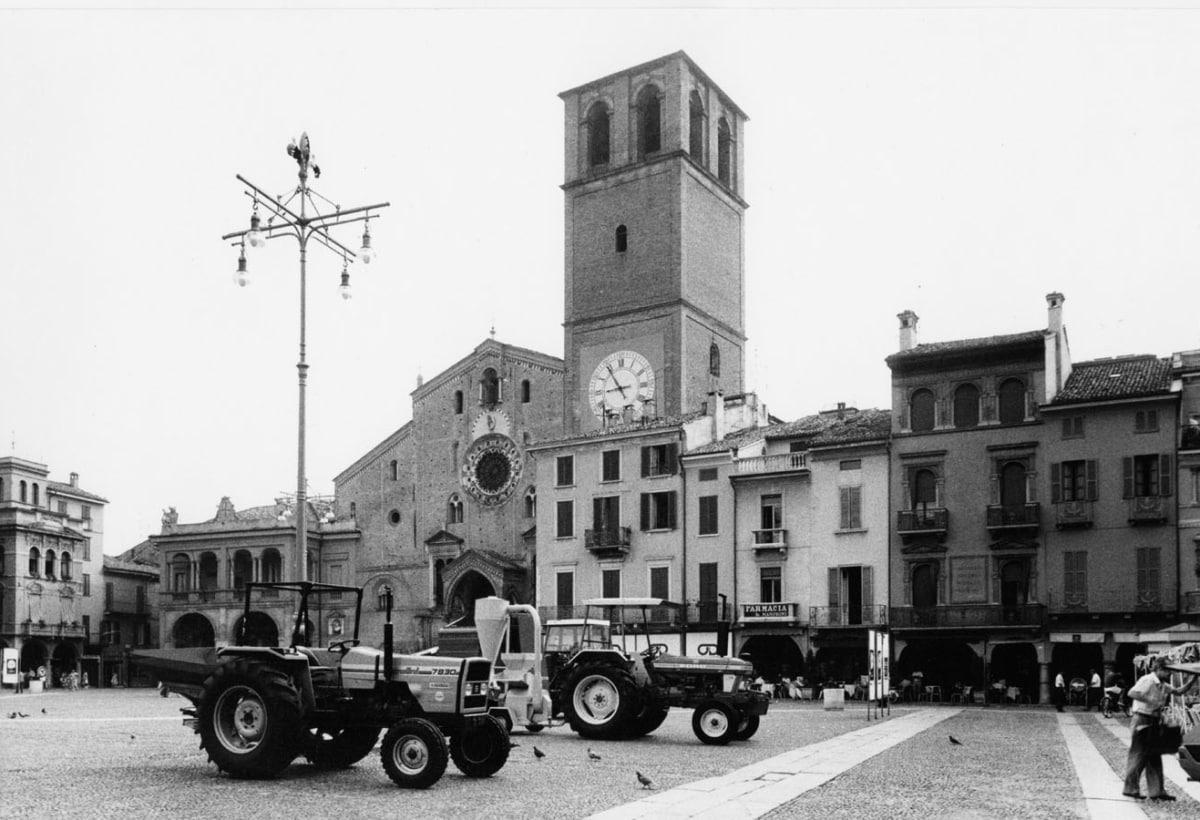 Gianni Berengo Gardin_Macchine agricole nel centro di Lodi_1985_Archivio storico fotografico Aem_Fondazione Aem-Gruppo A2A_Milano