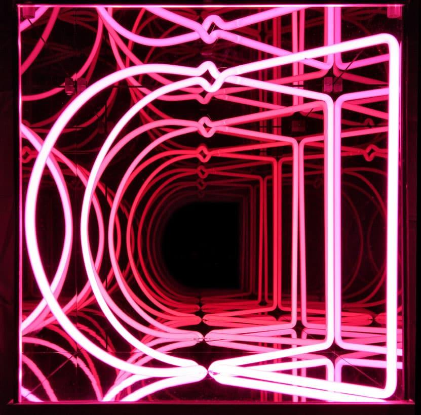 Cubo multispaziale C2, 2005. Legno+neon porpora+specchi. 39x39x39 cm + 14 cm base. Foto Bruno Bani