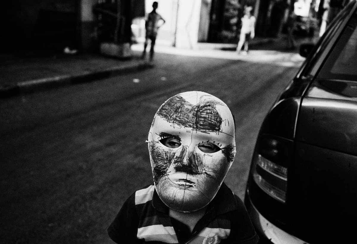 Naba'a: 100 years of exilesEscaping wars and persecution, generations of refugees meet in a corner of BeirutNaba'a: 100 anni di esiliFuggendo guerre e persecuzioni, generazioni di rifugiati si incontrano in un angolo di Beirut.