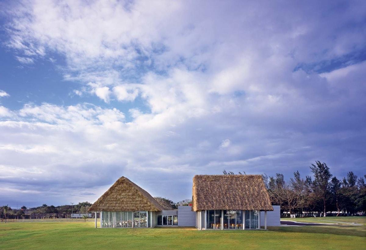 L'edificio della mensa nel complesso Tenaris Tamsa a Veracruz. La tradizionale copertura in foglie di cocco delle palapas è qui sovrapposta ai volumi vetrati della mensa. Foto di H.Tachiquin Benito