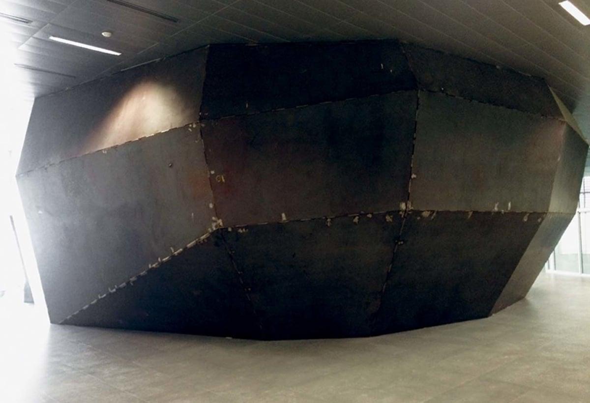 Il rivestimento esterno  dell'auditorium sempre in lastre di lamiera piane. Foto di Giuseppe Caruso