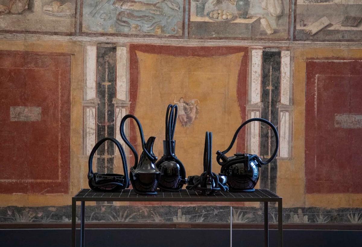 EDIT Napoli 2020_Andrea Anastasio al Museo MANN, mostra Aritmia_vasi Ceramica Gatti 1928 ©Elio Rosato